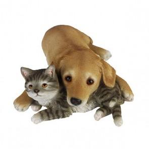 Labrador pup met kitten liggend