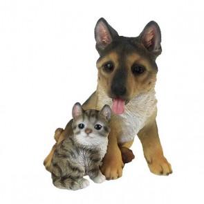 Herder pup met kitten zittend